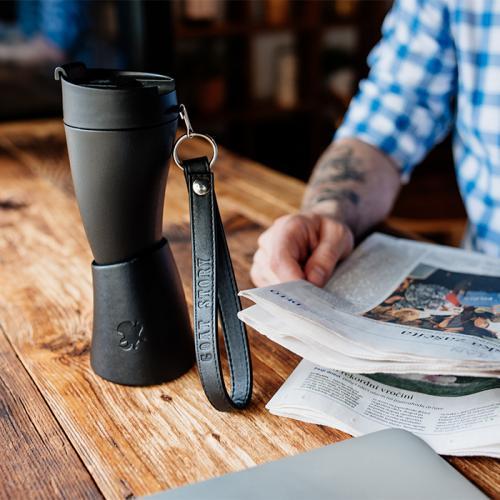 كوب قهوة مع حامل جلد اسود