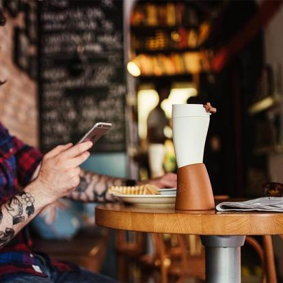 كوب قهوة مع حامل جلد بني