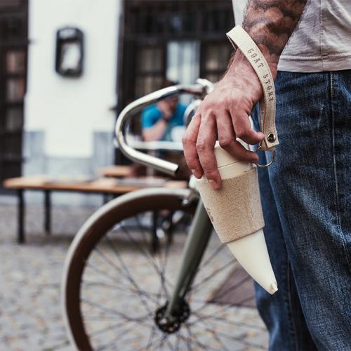 كوب قهوة مع حامل جلد بلون خيوط القنب