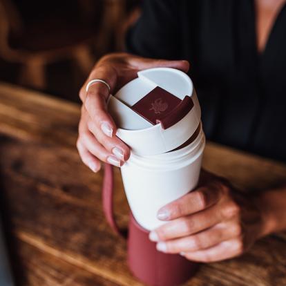 كوب قهوة مع حامل جلد مارسالا
