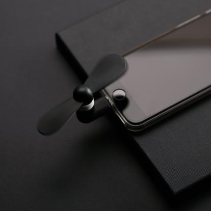 مروحة صغيرة وقوية لأجهزة الايفون باللون الأسود