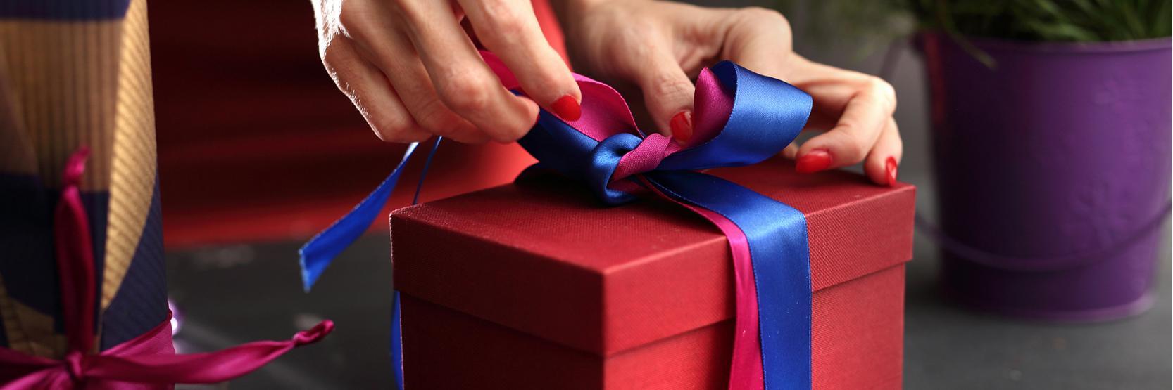 أفكار تغليف الهدايا بطرق غير مكلفة