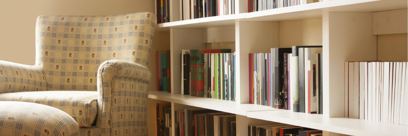 10 نصائح وحيل ذكية لتنظيم مجموعة كتبك