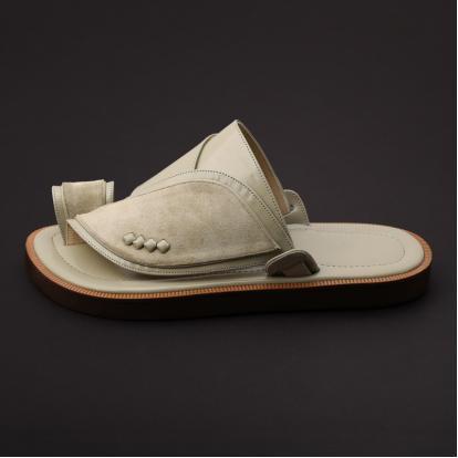 حذاء شرقي مخمل بيج MV40